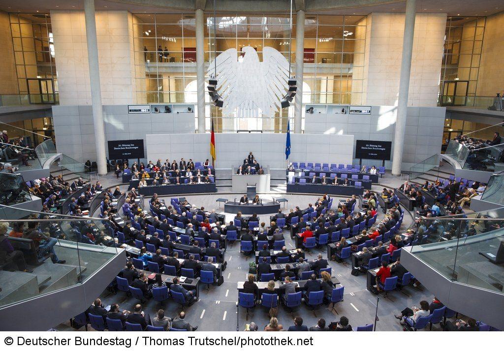 Blick ins Plenum während der 20. Sitzung des Deutschen Bundestages.<br /> Deutsche Fahne/Flagge, Europäische Fahne/Flagge, Plenarsaal, Plenarsitzung, Bundestagsabgeordnete, Abgeordnete, Mitglieder des Deutschen Bundestages, Bundestagsadler, Adler.<br /> Ordnungsnummer: 3281225<br /> Ereignis: Plenarsitzung, Blick ins Plenum<br /> Gebäude / Gebäudeteil : Reichstagsgebäude, Plenarsaal<br /> Nutzungsbedingungen: https://www.bundestag.de/bildnutz<br /> Es werden nur einfache Nutzungsrechte eingeräumt, die ein Recht zur Weitergabe der Nutzungsrechte an Dritte ausschließen.