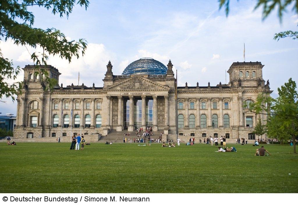 Platz der Republik vor dem Reichstagsgebäude.